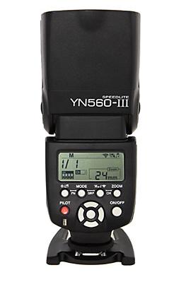 Das ältere Yongnuo arbeitet mit dem neuen, dem Steuergerät und den Funk-Fernauslösern zusammen.