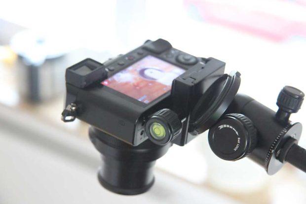Der Mini-Stativkopf genügt für Tabletop-Fotos mit leichten Kompaktkameras.