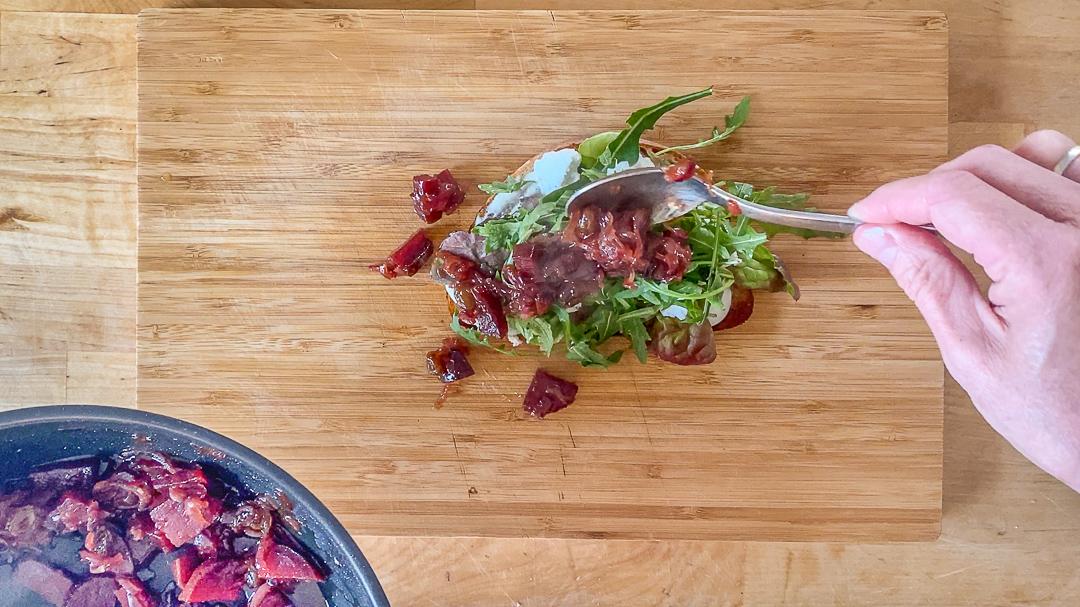 Beliebte Perspektive für Food-Videos und nur eine von vielen zum Abwechseln: Senkrecht von oben auf Kochplatte oder Arbeitsfläche.