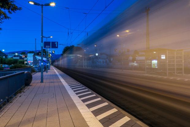 Geisterzug: Bewegte Dinge wie Fußgänger, Autos, Züge kann man auf diese Art gespenstisch ausblenden.