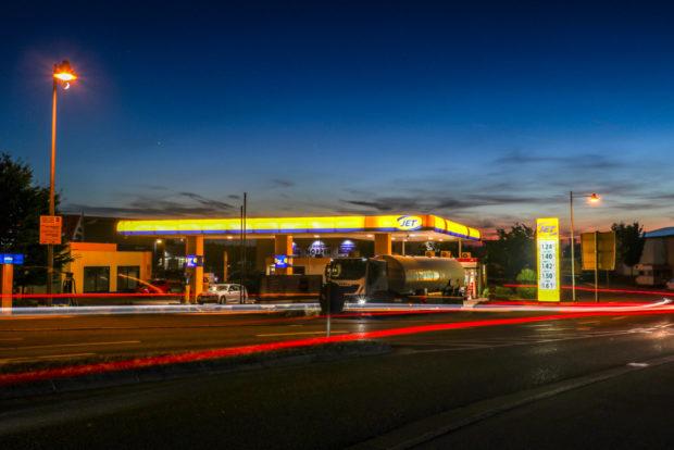 Nachtaufnahmen mit Langzeitbelichtungen malen Leuchtspuren ins Bild.
