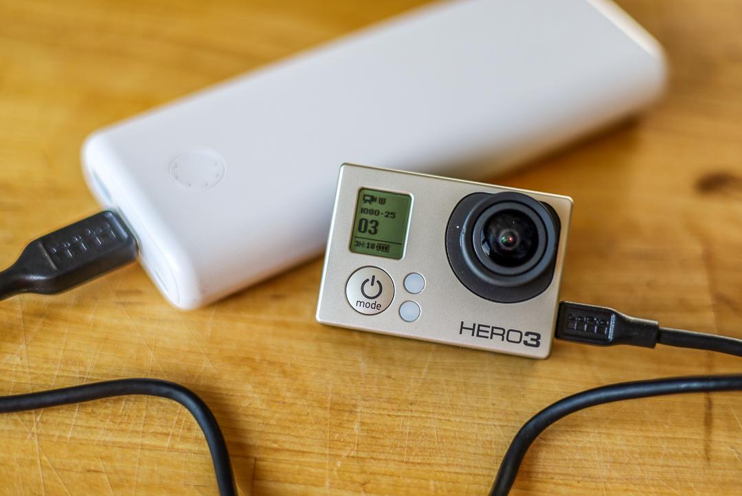Eine externe Stromversorgung ist auch bei modernen Kameras eher selten. An der GoPro ermöglicht sie zum Beispiel sehr lange Timelapse-Aufnahmen.