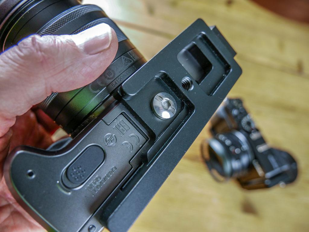 Kameraspezifische Modelle haben zum Beispiel Aussparungen am Boden, die den Wechsel von Akku oder SD-Card ohne Demontage erlauben.