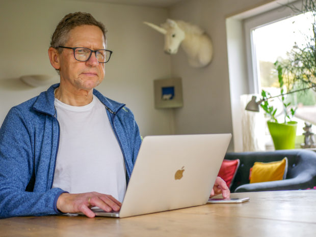 Das Notebook ist ein Vorteil fürs Home Office, weil man buchstäblich Arbeit mit nach Hause nehmen kann und nur aktuelle Dinge über die Datenleitung holen muss.