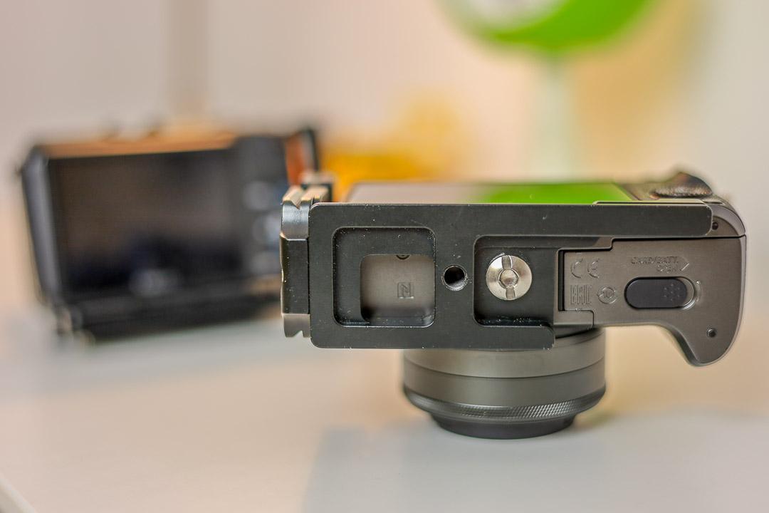 Anpepasste Winkelschienen erlauben den Wechsel von SD-Karte und Akku.