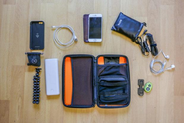 Smartphone-Tasche mit Platz und Fächern für den Kleinkram.