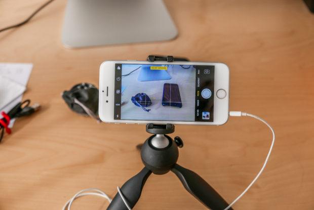 Fester Halt ist wichtig: Selbst ein Mini-Stativ ist für Deine Videos zuhause in der Regel besser, als Aufnahmen aus der Hand.