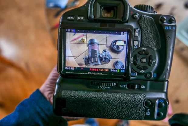 Mit Magic Lantern bieten selbst ältere Canon-Modelle professionelle Einstellmöglichkeiten wie Fokus-Peaking (rote Schraffur) und Zebra für Überbelichtung.