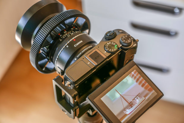 Manuell Fotografieren mit einer Canon EOS M6: Zusammen mit Sonnenblende und Fokussierring wirkt das Ganze etwas klobig, ist aber ideal zum Arbeiten.