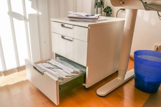 Rollcontainer bieten Stauraum und Ablagefläche. Und sie verschwinden nach der Arbeit unter dem Schreibtisch.