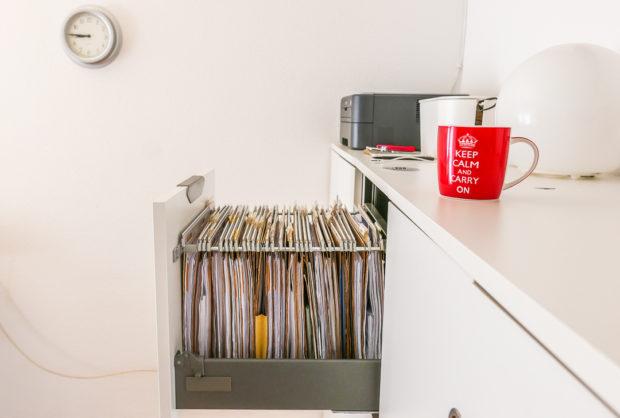 Platz sparen: Eine Hängeregistratur geht mit dem kostbaren Platz zuhause wesentlich sparsamer um.