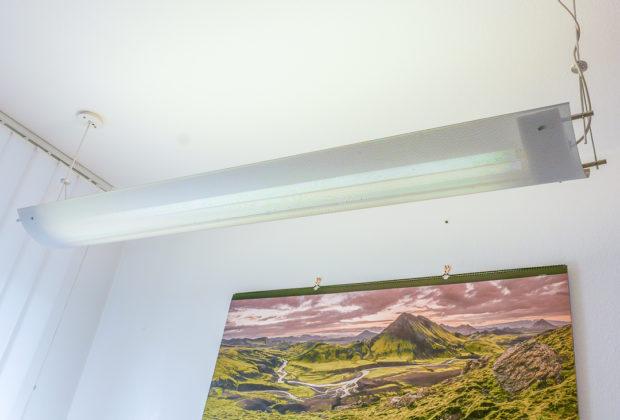 Eine direkte / indirekte Beleuchtung über dem Schreibtisch ist neben natürlichem Licht das wichtigste Elemant am Arbeitsplatz zuhause.