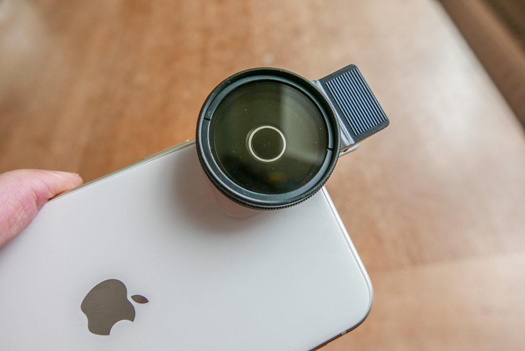 Das Maß aller Dinge: Die Öffnung auf der Clip-Rückseite entscheidet, ob das Objektiv komplett frei bleibt.