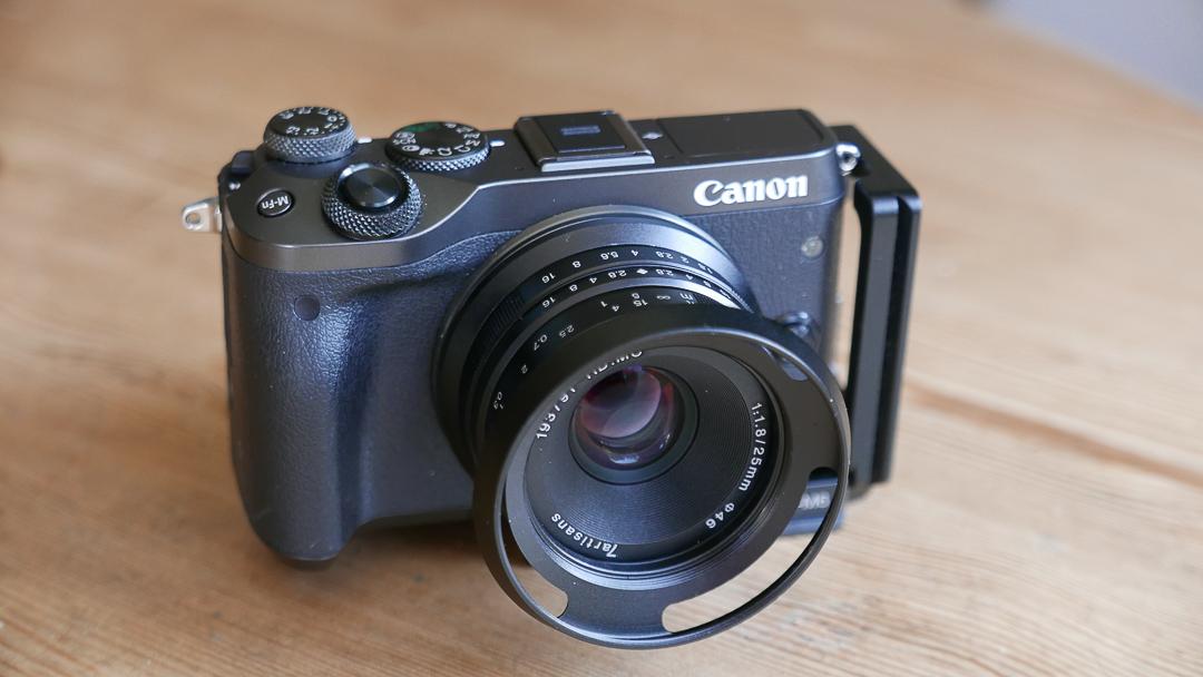 Dank direktem EF-M Anschluss bleibt die Kamera mit dem 7Artisans 25mm sehr kompakt.