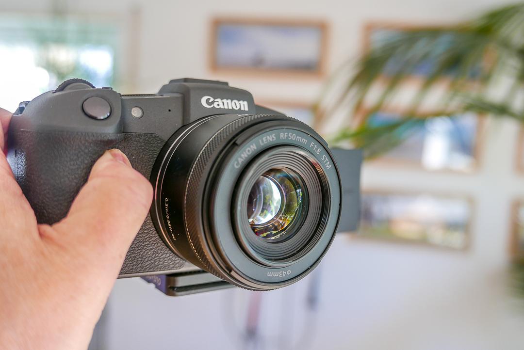 Ein schönes Bokeh für Fotos und eiinen guten Unschärfebereich für Videos bringt das lichtstarke 50mm-Objektiv.
