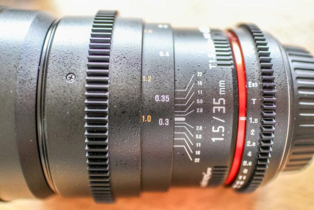 Nicht alle manuellen Objektive sind alte DSLR-Linsen: Speziell für Videoaufnahmen gibt es Objektive mit Zahnkranz für den Follow Focus und stufenloser Blende.