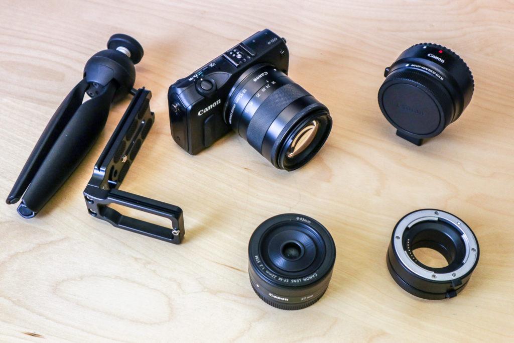 Kleine Komplett-Ausrüstung mit Mini-Stativ, L-Bracket, lichtstarkem 22-mm-Objektiv, Makro-Zwischenringen und dem Objektiv-Adapter.