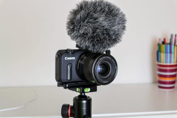 Eine kompakte Systemkamera mit einem externen Mikrofon ist die ideale Ausstattung für zuhause.