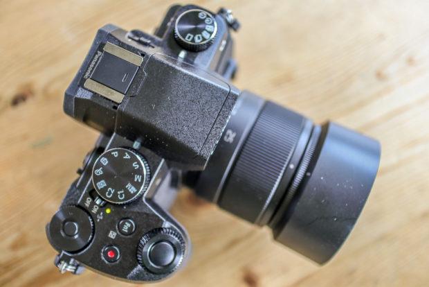 Das Lumix G 25mm F1.7 wirkt relativ groß (mit Sonneblende), ist aber dennoch kompakt und vor allem sehr leicht.