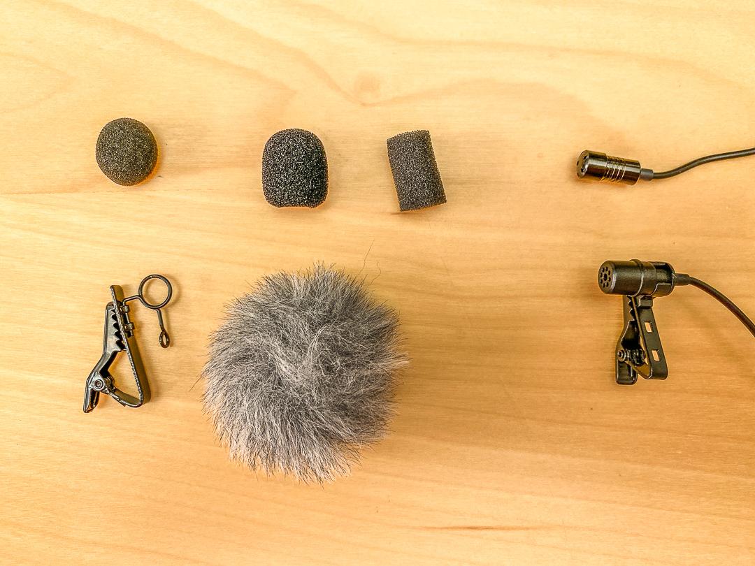 Lavaliermikrofone, Popschutz und Windschutz sowie die Klammern können unterschiedlich groß und auffällig sein.