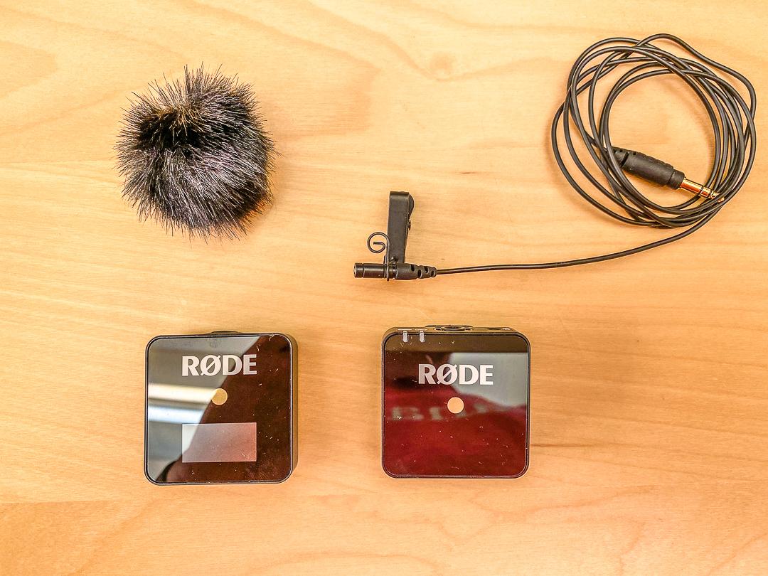 Gut und kompakt: Das Rode Wireless Go mit dem dazu gehörigen Lavaliermikrofon.