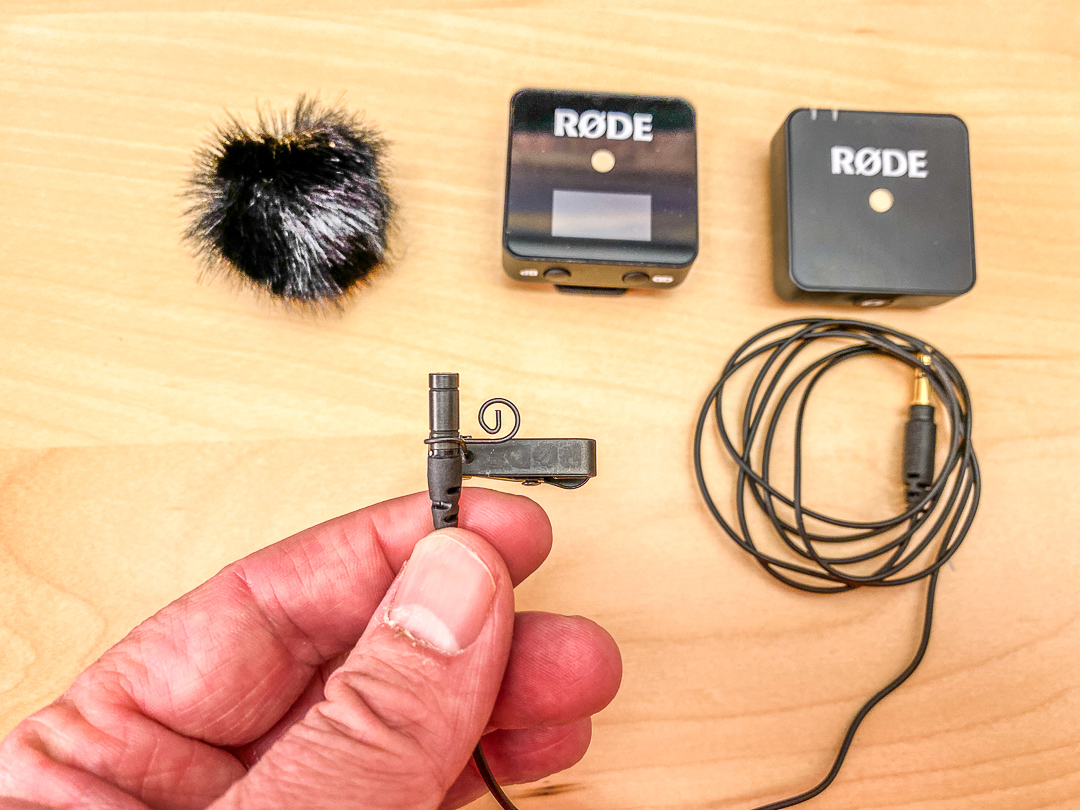 Lavaliermikrofone anbringen: Je kleiner und unauffälliger, desto besser.