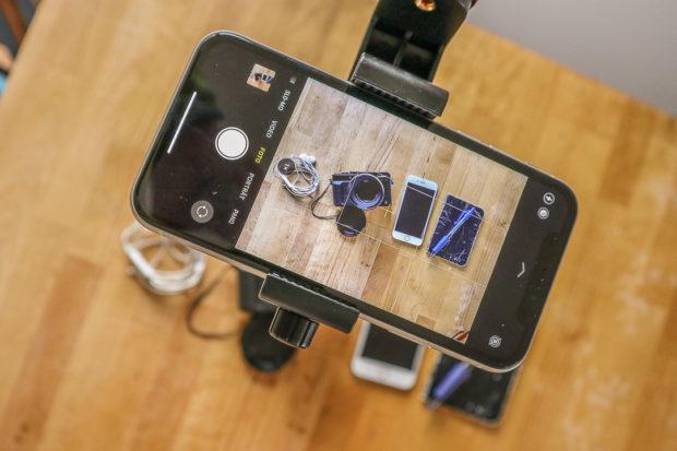 Die Anbringung des Smartphones mit einem einfachen Arm und einem Mini-Kugelkopf erlaubt Dir, alles in Ruhe zu arrangieren und variieren.