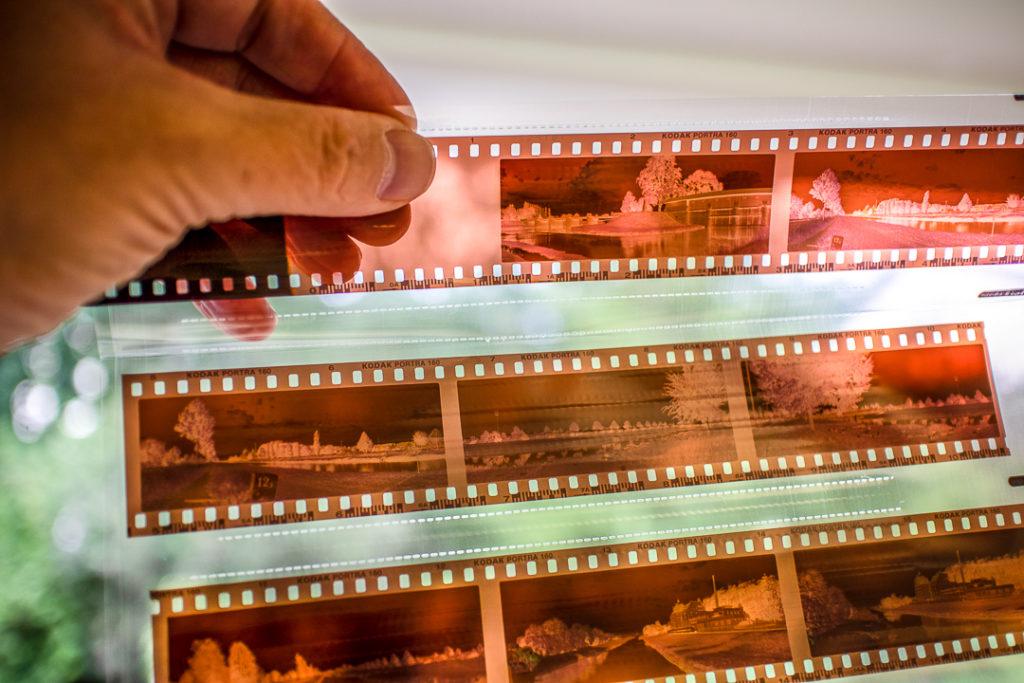 Filmentwicklung gibt es noch - preiswert von Großlabors und anspruchsvoll von kleineren Unternehmen.