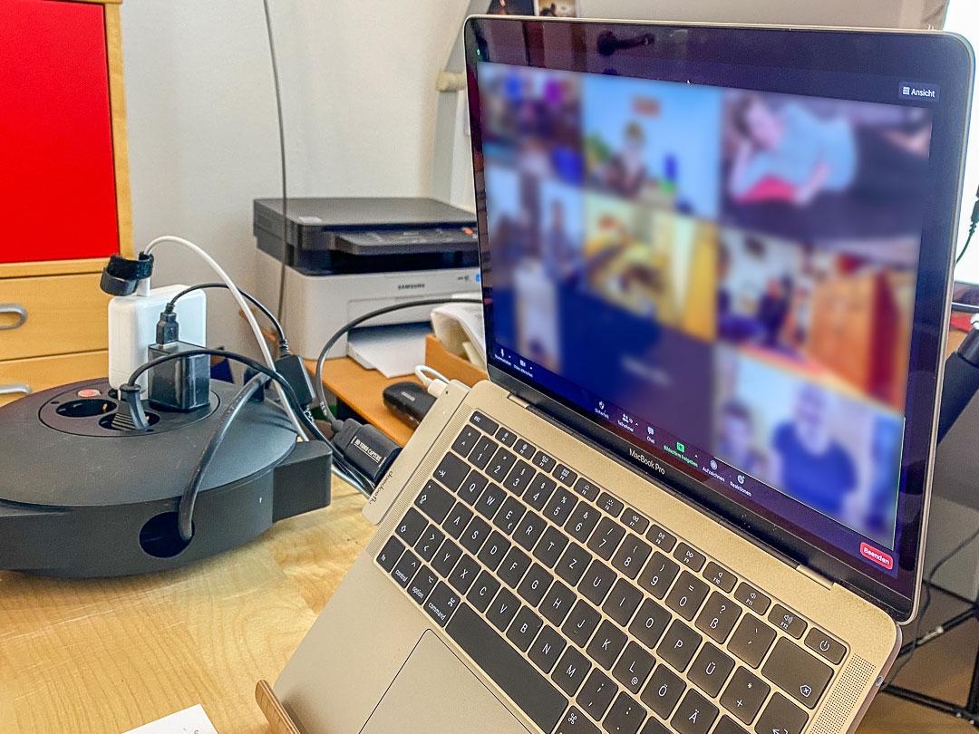 Egal ob in der Gruppe oder im Einzelgespräch: In vielen Branchen kann man Videokonferenzen auch als Einzelkämpfer gut nutzen.