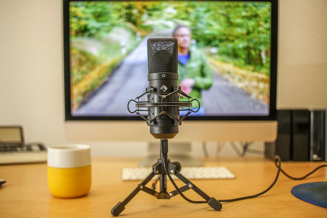 Mit etwas mehr Abstand zum Mikrofon wäre alles scharf. Nah ans Motiv ist in vielen Fällen die einzige Chance auf einen unscharfen Hintergrund und Bokeh.