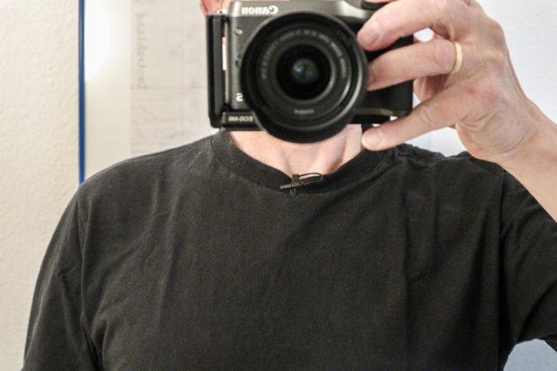 Unauffällig: schwarzes Lavalier am schwarzen Shirt. Dezenter ist es als Video-Mikrofon unter dem Shirt.