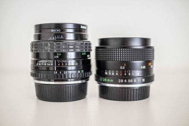 Ältere manuelle Linsen gibt es preiswert in großer Auswahl. Interessant sind neben der Qualität auch Details: das 24mm-Objektiv mit 18 cm Mindestabstand gleicht ein Stück weit auch die Brennweiten-Verlängerung bei APS-C aus.