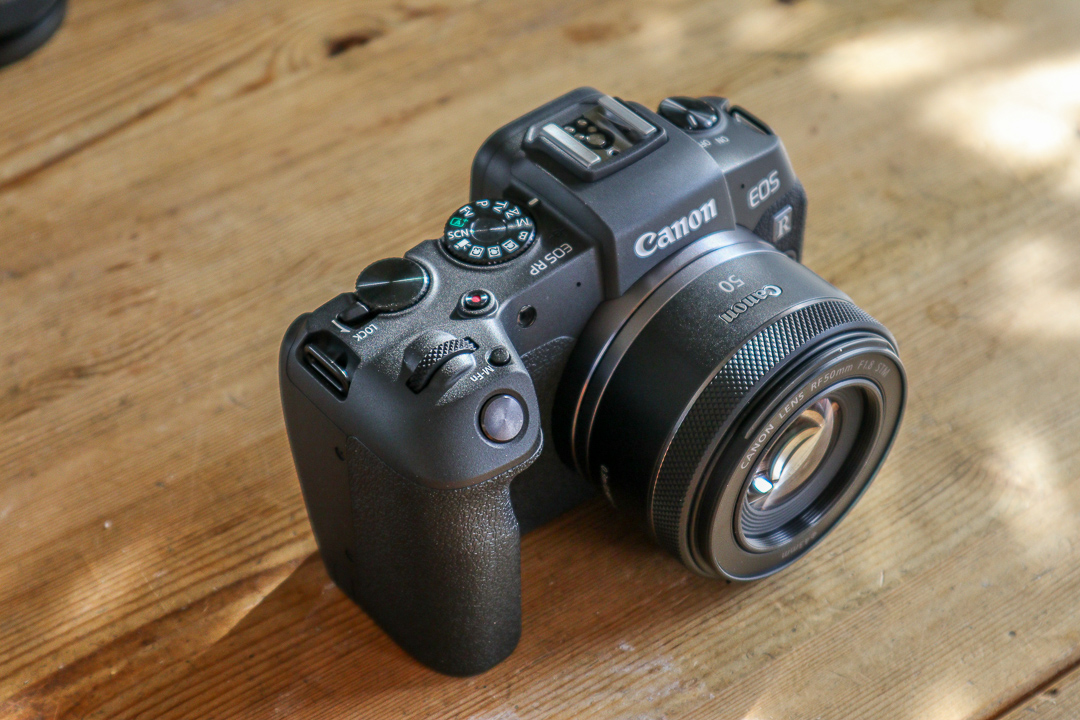 Die CanonEOS RP ist handlich, mit gutem Grip, erst recht mit dem kompakten 50mm Objektiv, das man gleich mitkaufen sollte.