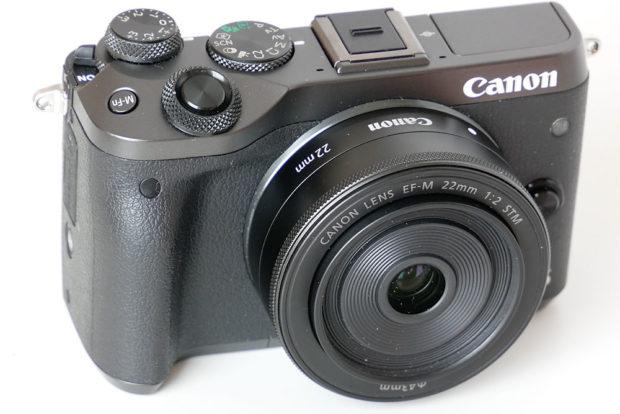 Die EOS-M-Kamera und das kleine Objektiv passen in jedes Gepäck.